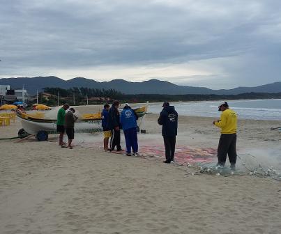Pescadores da Barra com seus trançados à espera das Tainhas.