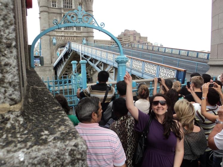 London Bridge abrindo para passagem de uma embarcação - Londres