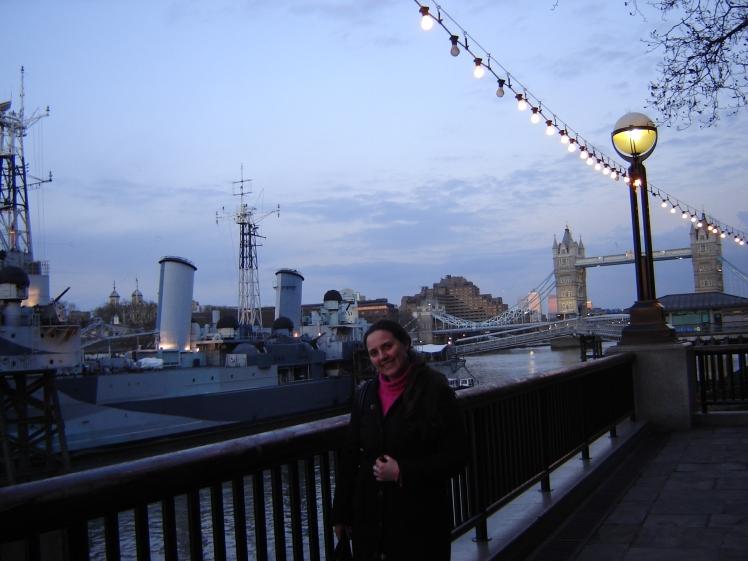HSM Belfast e ao fundo a London Bridge