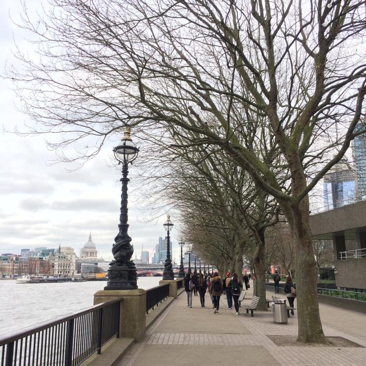 Caminhar por Southbank, Rio Tâmisa, Londres