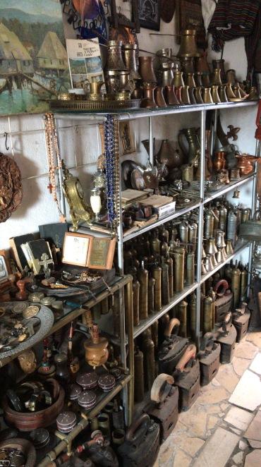artigos de guerra comercializados no Bazar de Mostar - Bosnia Herzegovina