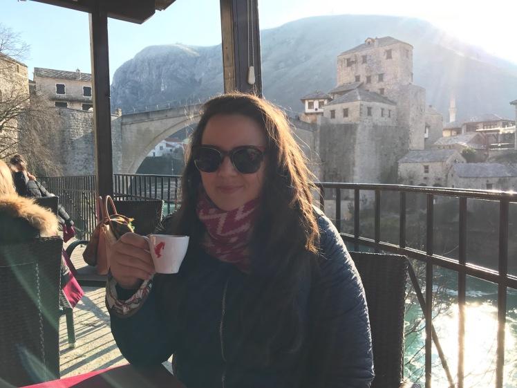 cafezinho com o Rio Neretva e a Stari Most como vista - Mostar - Bosnia Herzegovina