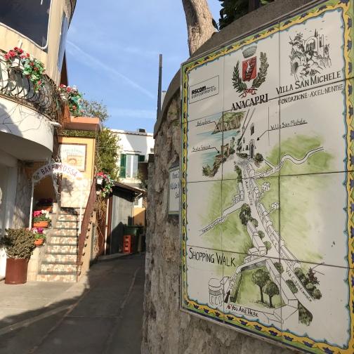 Centrinho de Ana Capri - Da Piazza Vittoria siga para a via Capodimonte (foto), a rua que leva ao Museo di Villa San Michele