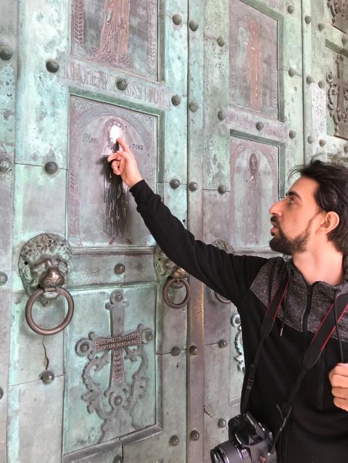 A porta de bronze da igreja possui, entre outras figuras, uma imagem de Santo André. Dizem que dá sorte colocar a mão na cabeça dele, que já está desgastada de tanto que já foi tocada.
