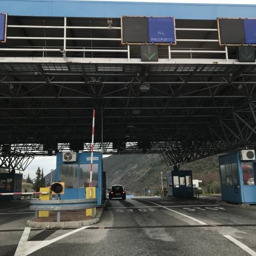 Primeiro você passa pela imigração da Croacia. Anda 100m com o carro e passa pela imigração de Montenegro.