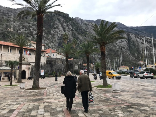 Por fora da vila murada de Kotor. A orla onde os navios desembarcam seus turistas