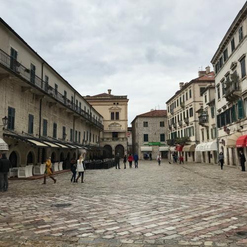 A praça Trg Od Oruzja que fica logo na entrada principal da Old City. Nela fica localizada a torre do relógio;