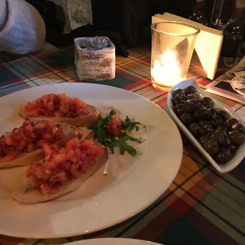 Konoba Scala Santa, o restaurante escolhido por nos em Kotor e que super recomendamos. Comam as brusquetas e azeitonas locais.