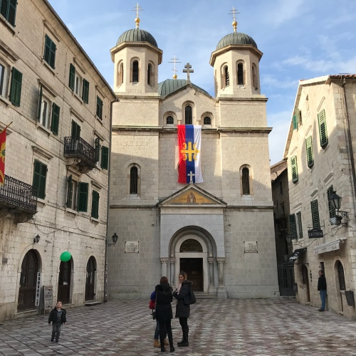Praça Trg Sv. Luke: nela onde fica uma das igrejas mais antiga da cidade, igreja de St Luke's construída em 1195, e a Igreja de St. Nicolas construída em 1909; Tem um chão xadrez lindissimo.