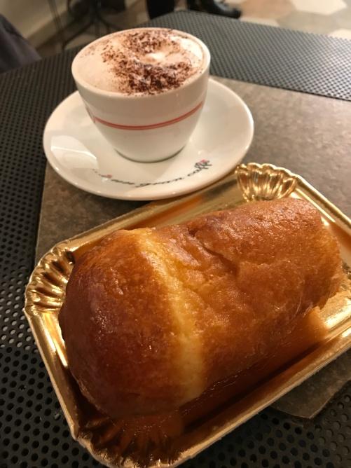 Babá e Esfogliatella são os doces tipicos de Napoles.