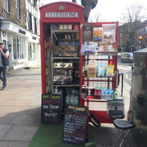 Um tour por Hampstead, Londres - uma cabine telefônica em forma de café - Kape Barako