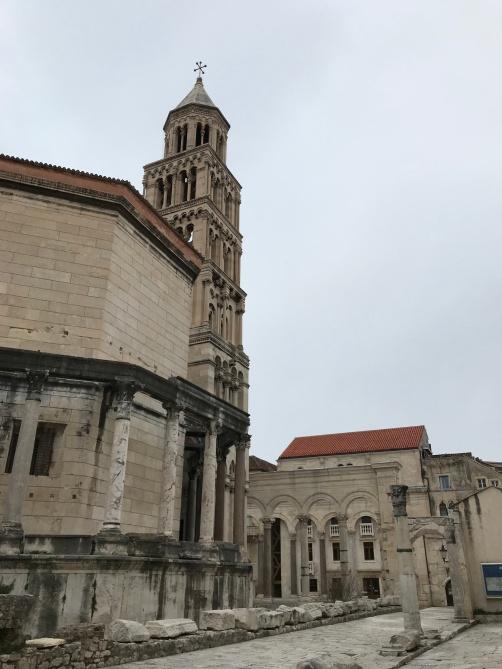 Mausoléu e Bell Tower, vista da rua Decumanus, próx. ao Silver Gate