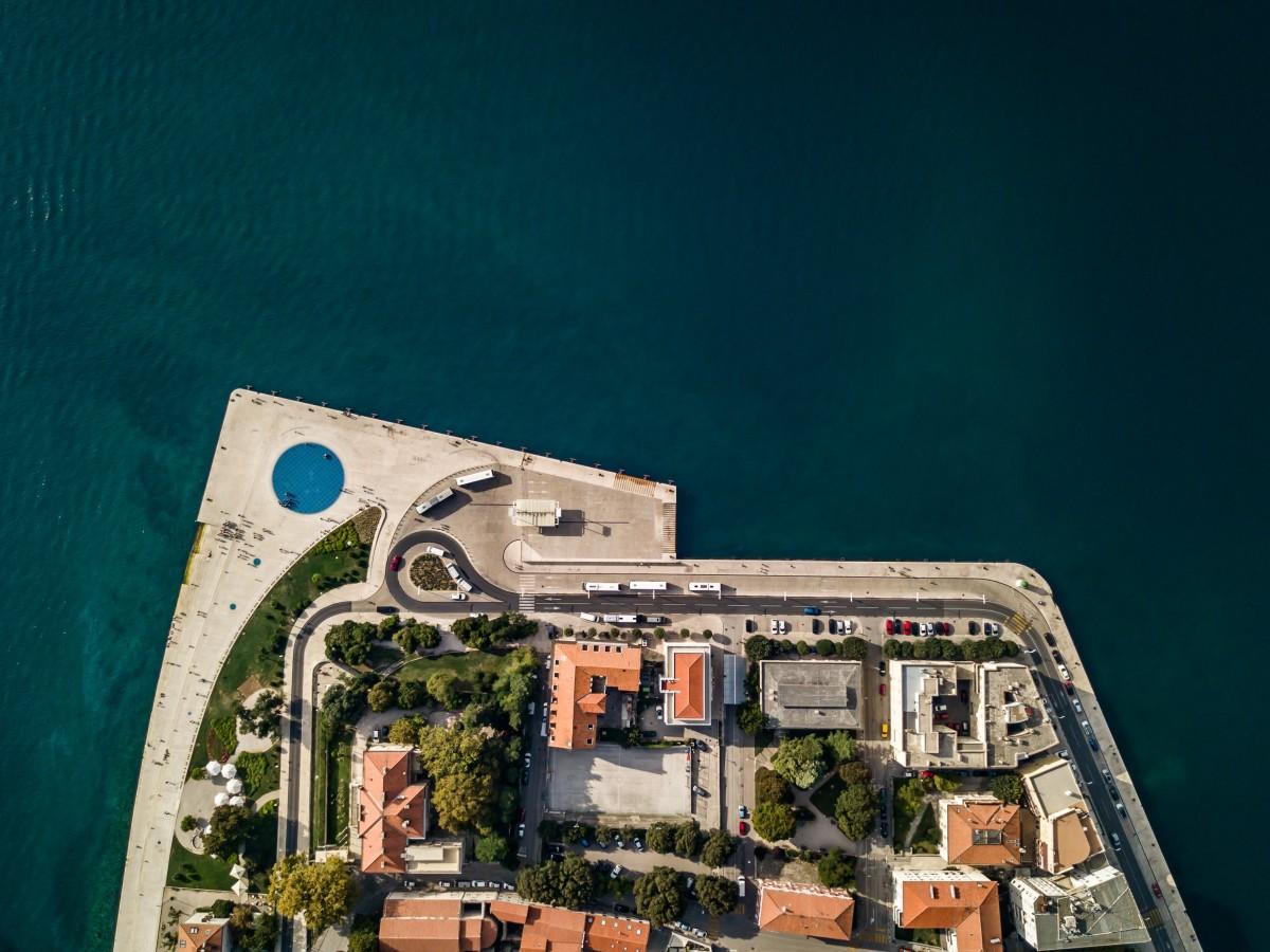 Riva de Zadar, onde fica a Placa de Saudação ao Sol e o Piano do Mar (sea organ)